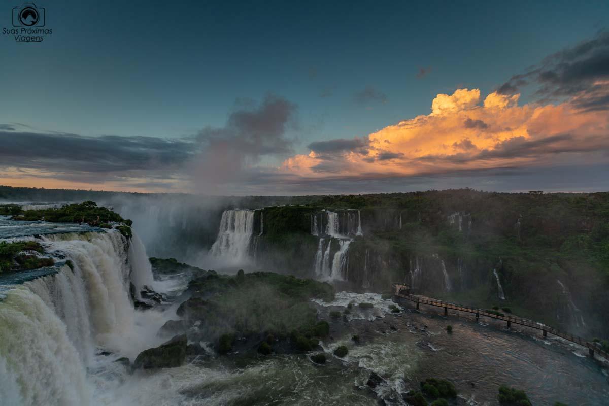 Vista das Cataratas do Iguaçu ao Amanhecer